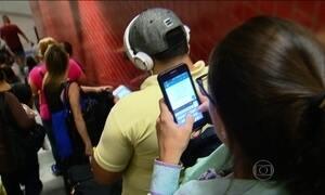 Metrô de São Paulo faz campanha para que passageiros usem menos o celular