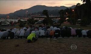 Imigrantes africanos começam mês do Ramadan com oração na fronteira com a França