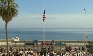 Bandeira dos EUA é hasteada na embaixada americana em Cuba