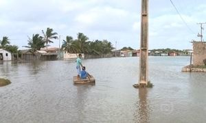 Maré alta destrói calçadas e invade casas no Maranhão