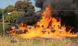 Carreta cheia de litros de etanol tomba e pega fogo no Paraná