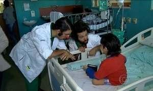 Criança recebe alta após um ano e palhaços simulam 'fuga' de hospital