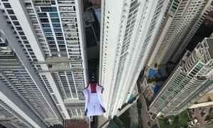 Mestre dos Ares voa de wingsuit entre prédios na Cidade do Panamá