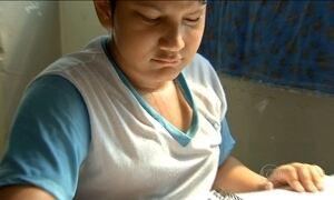 Sem ar-condicionado nas salas, alunos de Cuiabá têm aula no pátio