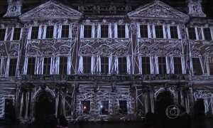 Instalações enfeitam prédios em Praga