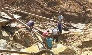 Garimpeiros ainda buscam fortuna procurando pedras preciosas em MG
