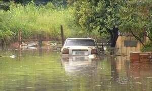 Chuva deixa bairros de Goiânia alagados