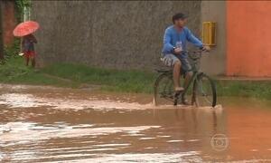 Chuva alaga ruas e invade casas em Barreiras (BA)