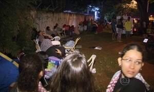 Pais ficam mais de 24 horas na fila para garantir matrícula dos filhos na escola pública