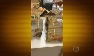 Homem acha dinheiro e armas no quintal e entrega na delegacia, no RN