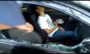Rapaz é encontrado dormindo dentro do carro com o motor ligado