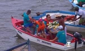 Devotos homenageiam Iemanjá em Salvador