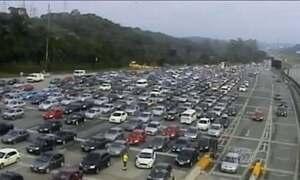 Paulistanos enfrentam trânsito para chegar ao litoral do estado