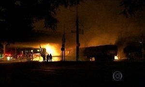 Batida entre duas carretas em SP provoca explosão