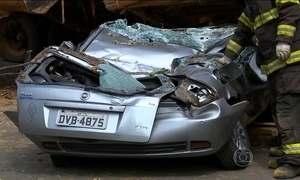 Motorista sobrevive após ter carro esmagado por caminhão em SP