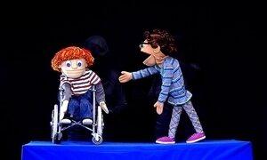 Peça de teatro de boneco trata do tema da inclusão