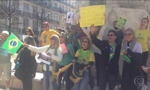 Brasileiros protestam a favor e contra o impeachment na Europa
