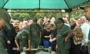 Cauby Peixoto é enterrado em cerimônia emocionante