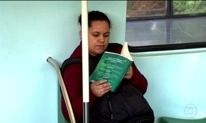 Brasileiros aproveitam tempo no transporte público para ler