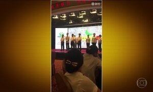 Funcionários de banco na China levam surra por desempenho ruim