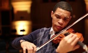 Jovem nascido na Mangueira passa em 1º para estudar música na Europa