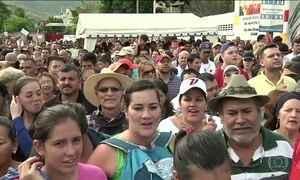 Venezuelanos atravessam a fronteira com a Colômbia para comprar comida