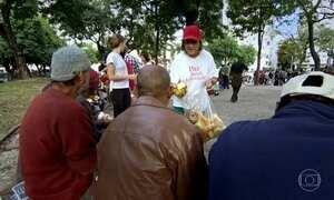 Grupo trabalha de graça para levar conforto a moradores de rua