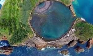Escultura geológica nos Açores represa água de praia