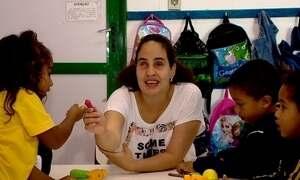 Professora cega dá aula para crianças em escola no RS