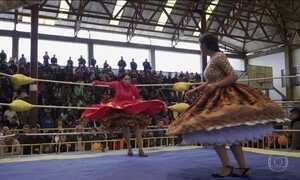 Cholitas bolivianas lutam de saias rodadas e tranças