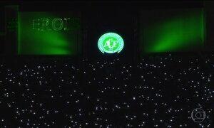 Torcedores da Chapecoense lotam arena para homenagem às vítimas