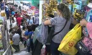 Comércio popular em SP espanta a crise, a duas semanas do Natal