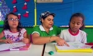 Faxineira vira professora e muda a vida de crianças de comunidade