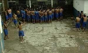 Presos formam fila para consumir cocaína em presídio de Manaus