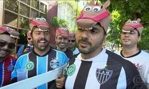 Foliões se fantasiam de Cavalinhos do Fantástico para curtir em bloco no Rio