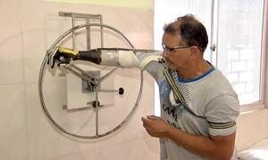 Brasileiro fabrica sua própria prótese de braço usando sucata e criatividade