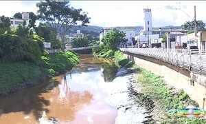 Rejeitos de minério vazam de duto da Vale e atingem rios do centro de Minas
