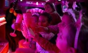 Criança com câncer realiza sonho de comemorar aniversário em limusine