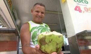 'Rei do coco' em Santos vende até 100 mil cocos por mês