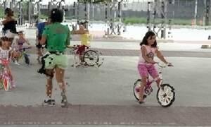 Andar de bicicleta é divertido e saudável para as crianças