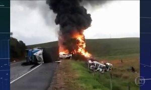 Acidente entre ambulâncias, carreta e ônibus mata 21 pessoas na BR-101
