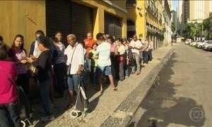 Centenas de servidores públicos do RJ enfrentam fila para receber comida