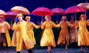 Cláudia Raia e Jarbas Homem de Mello dançam na chuva em musical