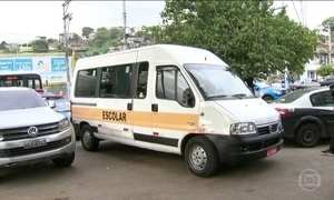 Bandidos em fuga roubam van escolar com dois bebês dentro