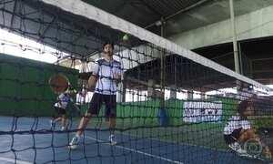 Projeto social no RJ ensina tênis para jovens carentes embaixo de viaduto