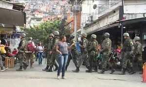 Moradores da Rocinha tentam retomar a rotina apesar do medo