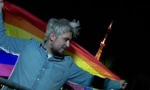Decisão de juiz que autoriza 'cura gay' causa mobilização e choque no Brasil