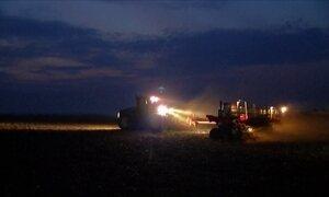 Agricultores trabalham à noite para recuperar o atraso do plantio da soja