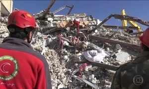 Sobe para 530 o número de mortos no terremoto que sacudiu o Irã