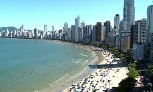 Arranha-céus de Balneário Camboriú roubam o sol de quem está na praia